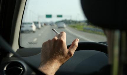 In auto sigarette più pericolose del cellulare